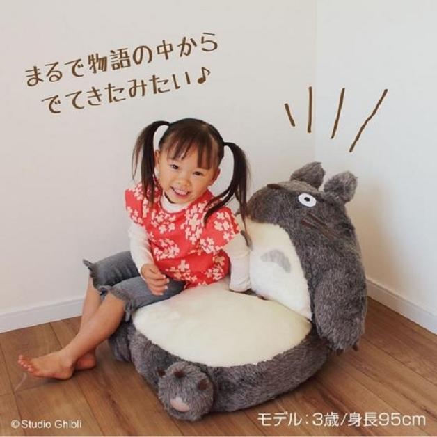 Menina sentada no sofá-dobrável do Totoro