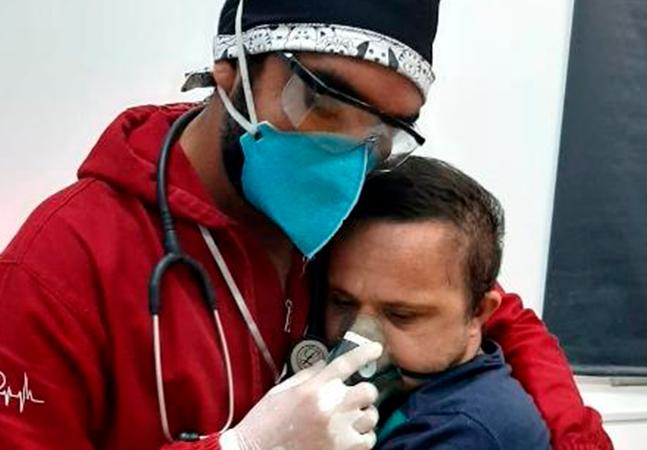 Paciente com Down fotografado recebendo oxigênio de enfermeiro morre por falta de UTI no AM