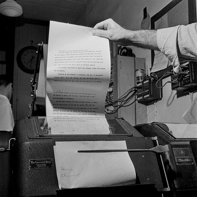 Telégrafo do NY Times recebendo notícias da agência de notícias Associated Press em 1942, fotografado por Marjory Collins