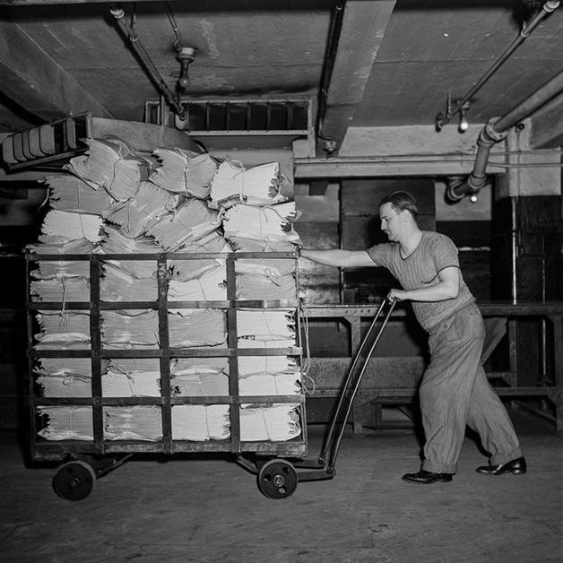 Exemplares do NY Times sendo carregados até os caminhões de entrega em 1942, em fotografia de Marjory Collins