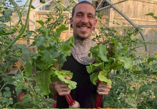 Há 9 meses este cara está produzindo sua comida num pequeno quintal