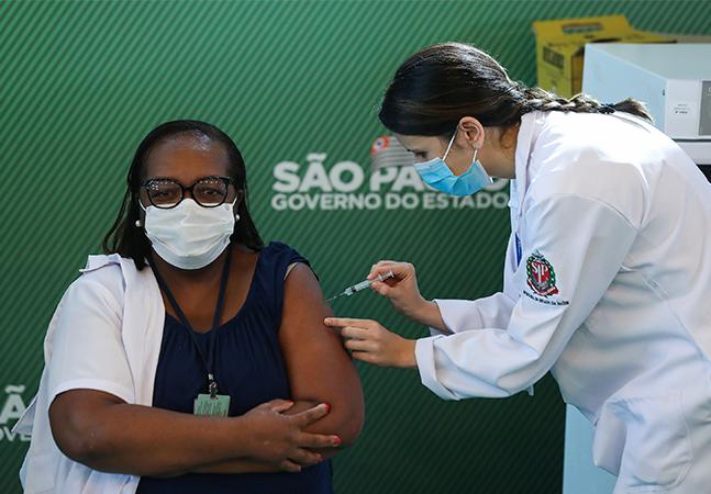 Mônica, 1ª vacinada do país, é voluntária contra covid-19 mesmo sendo do grupo de risco: 'Não tenham medo'