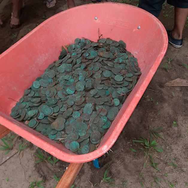 Centenas das moedas encontradas em Colares, no Pará