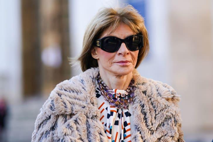 A editora-chefe da revista Vogue norte-americana, Anna Wintour, caminhando de óculos escuros