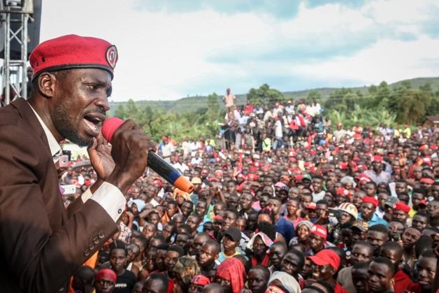 Bobi Wine, candidato de oposição à presidência de Uganda, em comício