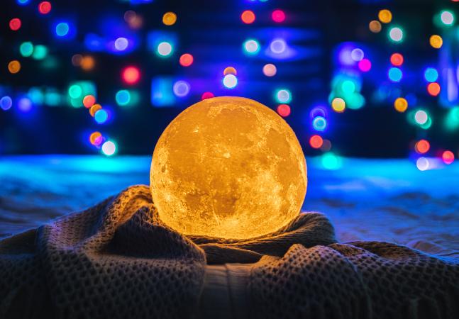 Esta luminária de Lua faz de qualquer cômodo um ambiente interestelar