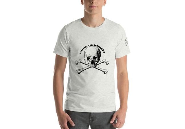 Plataforma se retrata após camiseta exaltando Auschwitz ser encontrada à venda