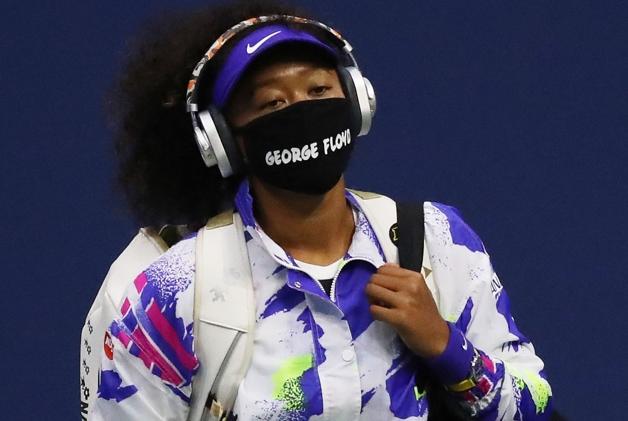Naomi Osaka vestindo máscara com nome de George Floyd durante o US Open de 2020