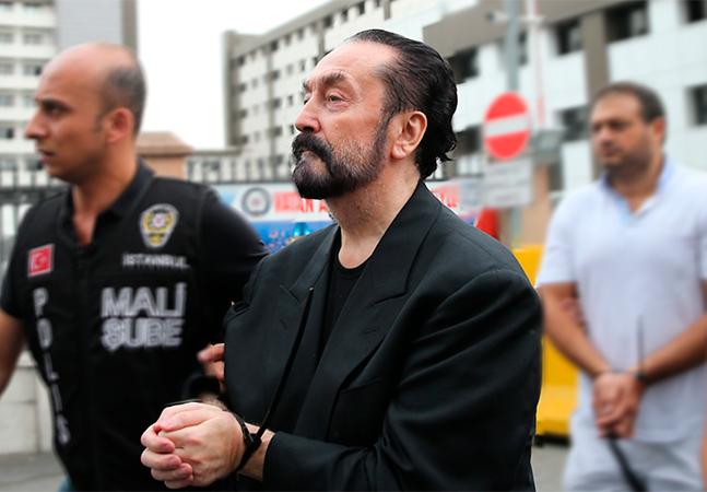 Líder de seita sexual condenado a mil anos abusava de mulheres e decidia cirurgias plásticas