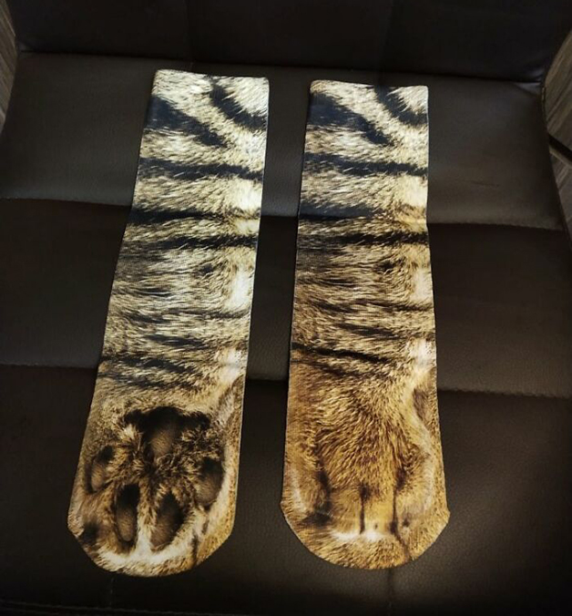 par de meias imitando patas de gato