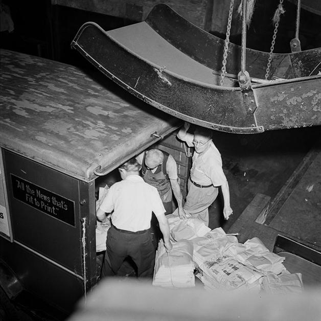 Caminhão do NY Times sendo carregado para entrega em 1942