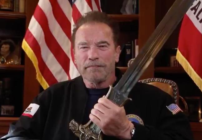 Schwarzenegger compara invasão do Capitólio ao nazismo com espada do Conan nas mãos
