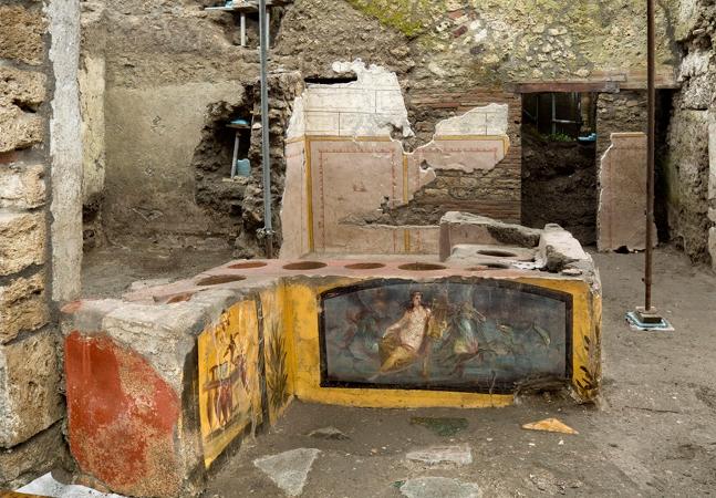 Arqueólogos descobrem antiga loja de comida de rua enterrada pela lava em Pompeia