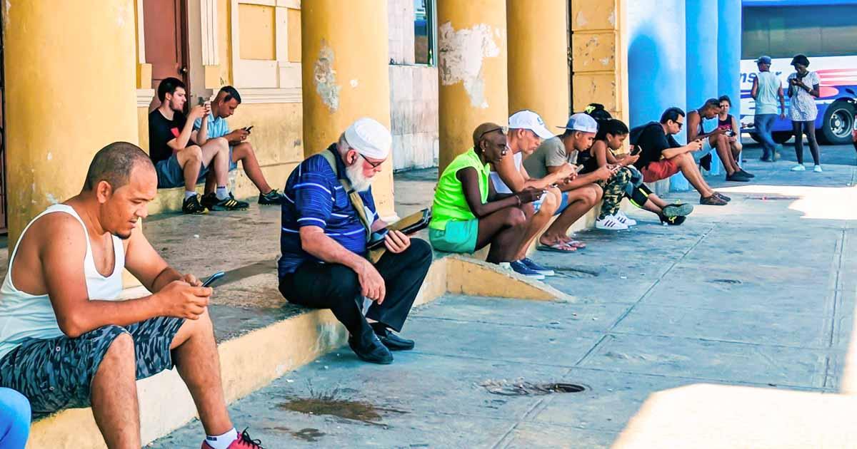 Pessoas usando a internet em praça de Cuba