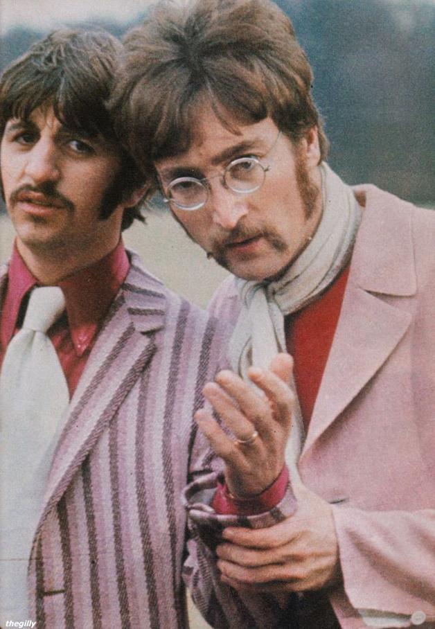 """John e Ringo durante as filmagens do vídeo de """"Strawberry Fields Forever"""", filmado em 1967"""