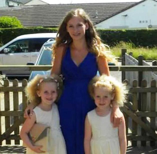 Agnetha e Anja Norendal, irmãs gêmeas com Síndrome do Cabelo Impenteável, e sua irmã mais velha, com cabelos lisos