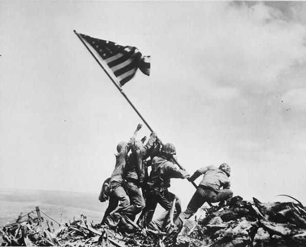 """Raising The Flag On Iwo Jima"", foto de Joe Rosenthal (1945)"
