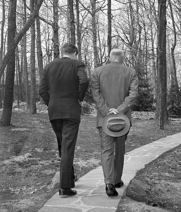 """""""Serious Steps"""", foto de Paul Vathis (1962)"""