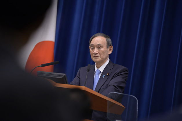 o primeiro-ministro japonês Yoshihide Suga