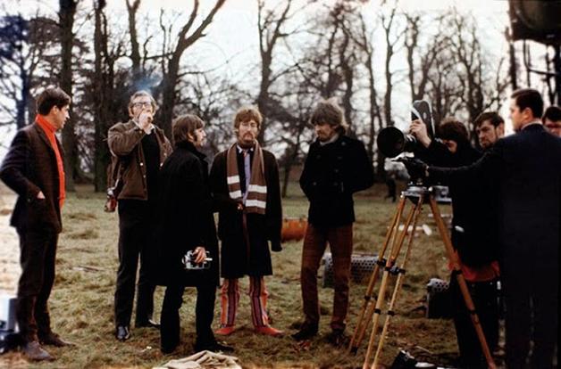 """Os Beatles e a equipe durante as filmagens do vídeo de """"Strawberry Fields Forever"""", filmado em 1967"""