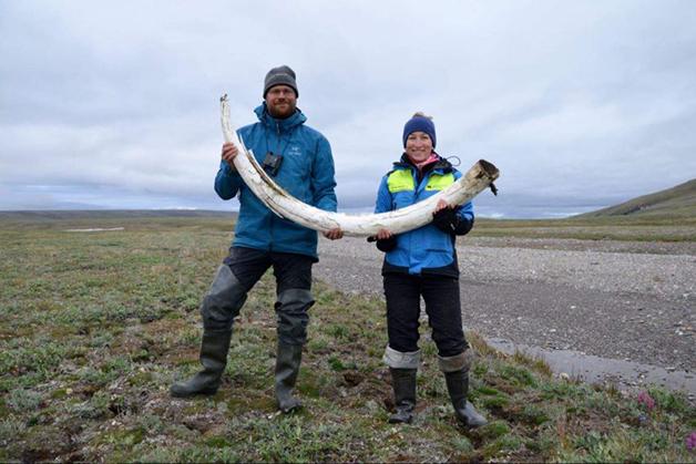 Love Dalén e Patrícia Pečnerová com a presa de um mamute na região