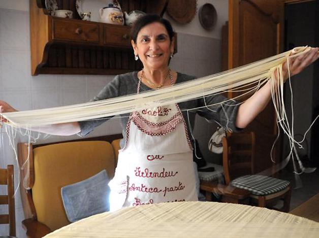 Paola Abraini, uma das três pessoas capazes de fazer os fios de Deus