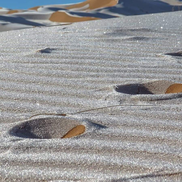 Neve no deserto do Saara fotografada por Karim Bouchetata