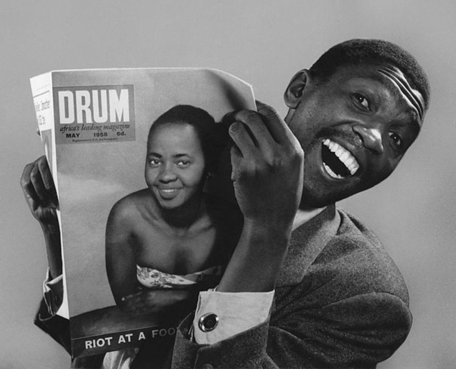 Ator Sol Rachilo segurando um exemplar da revista 'Drum' e sorrindo