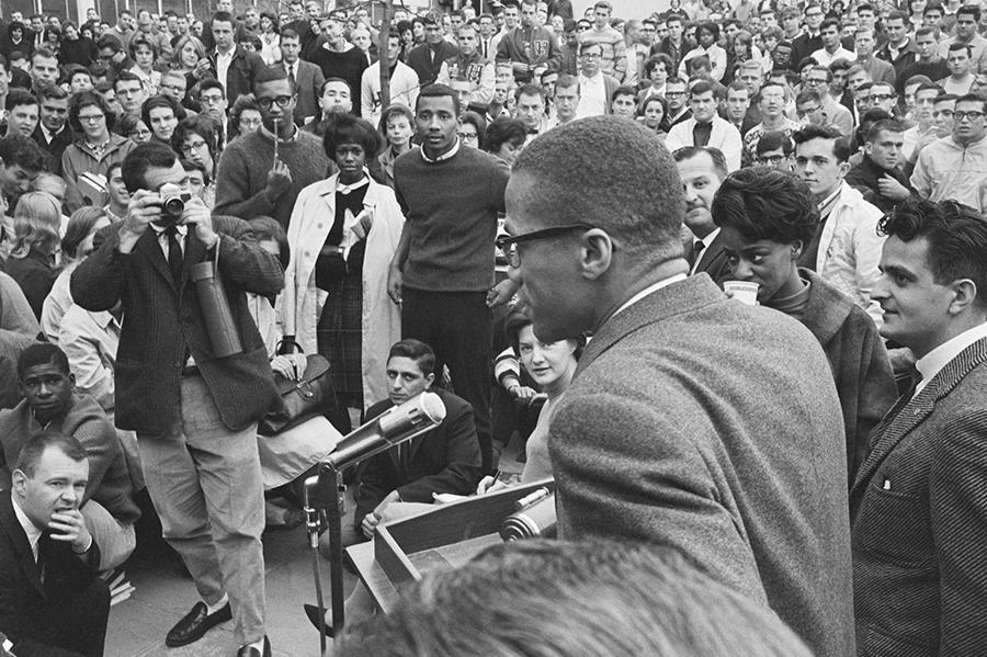 Foto de Malcolm X durante discurso