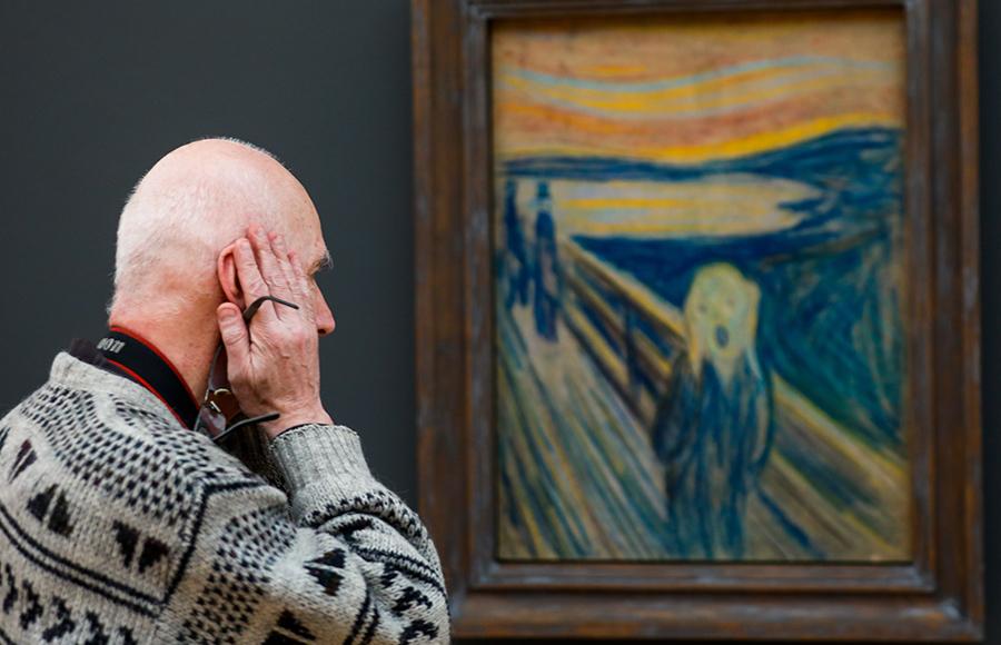 Foto de um homem reproduzindo a pose de angústia representada no quadro 'O Grito'