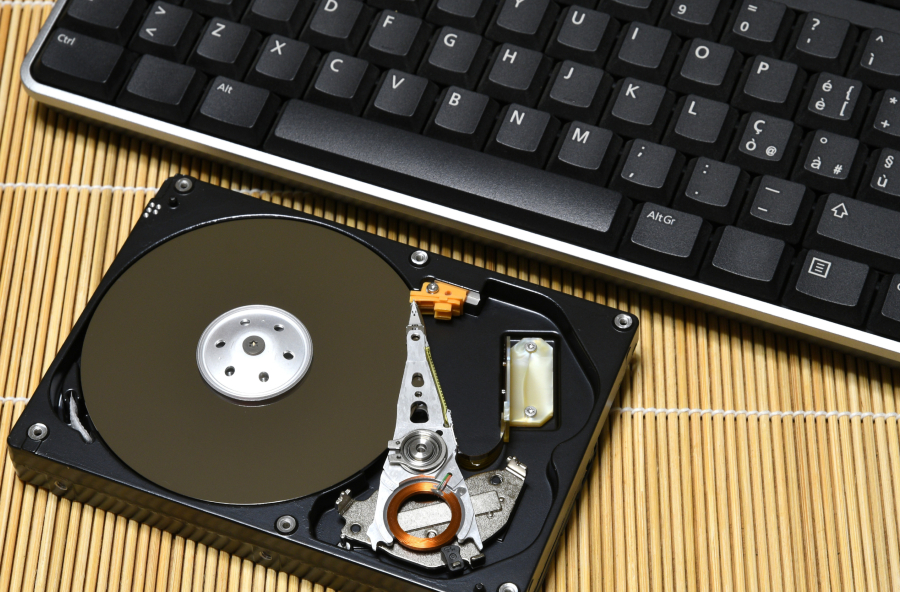 A imagem mostra um HD sem a capa de cima, com as peças internas à mostra