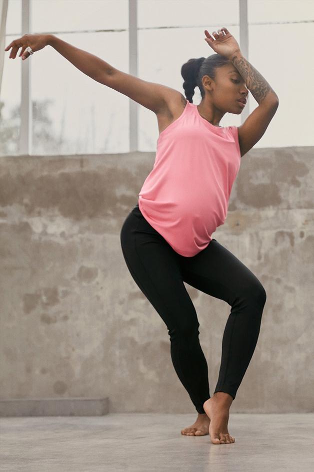 grávida vestindo roupas da nova linha da Adidas desenvolvida especialmente para gestantes