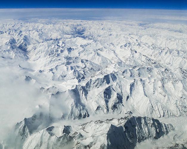 Visão aérea das montanhas geladas de Hindu Kush