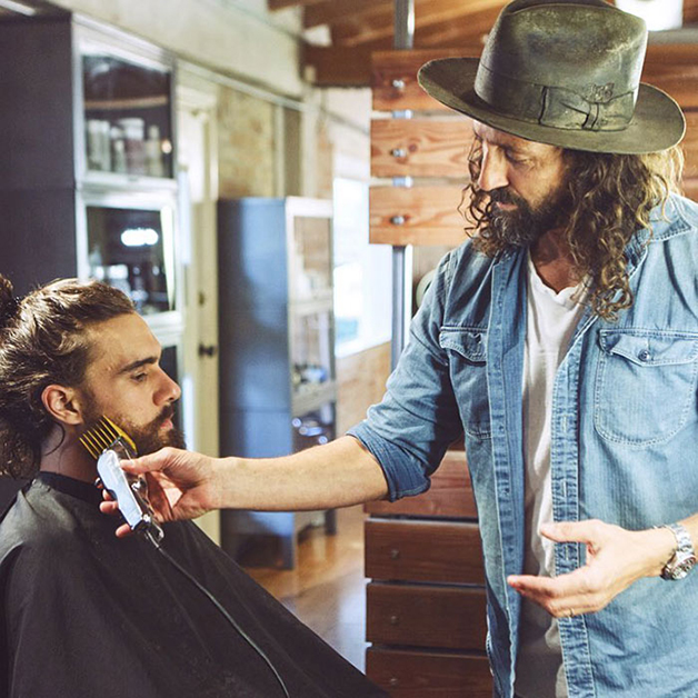 O barbeiro e cabelereiro Jason Schneidman