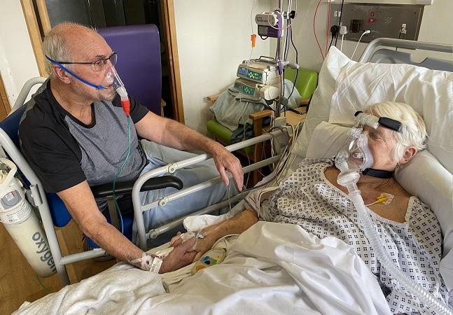 Casal com covid-19 tem último encontro em cama de hospital