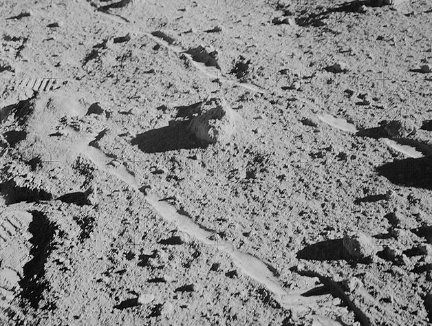 A pedra ainda em solo lunar