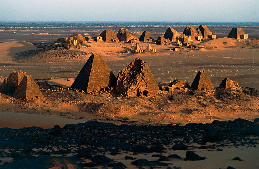 A imagem mostra um conjunto de pirâmides sudanesas