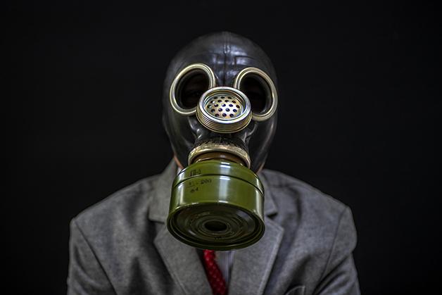 homem de máscara de gás