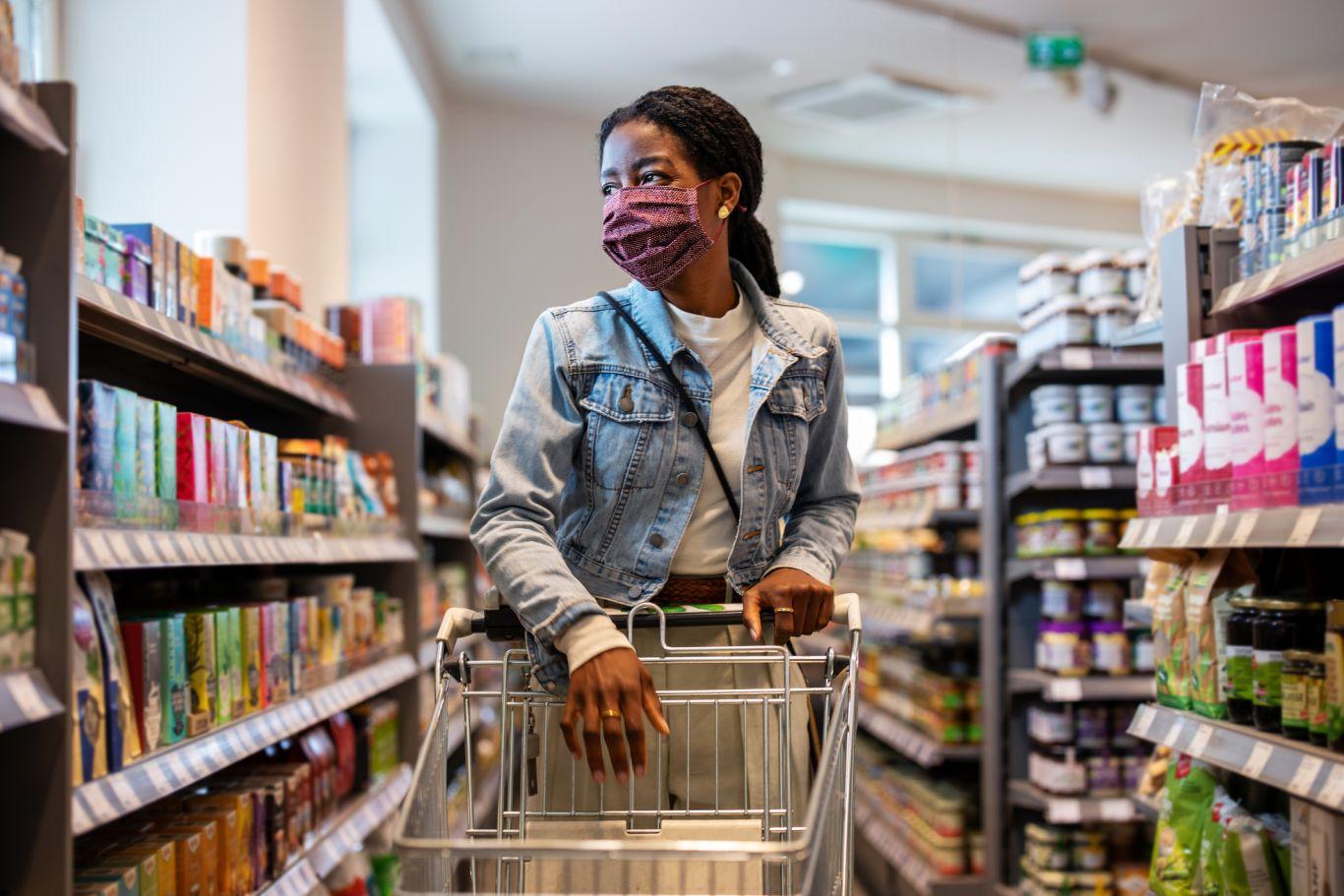 Mulher de máscara no supermercado