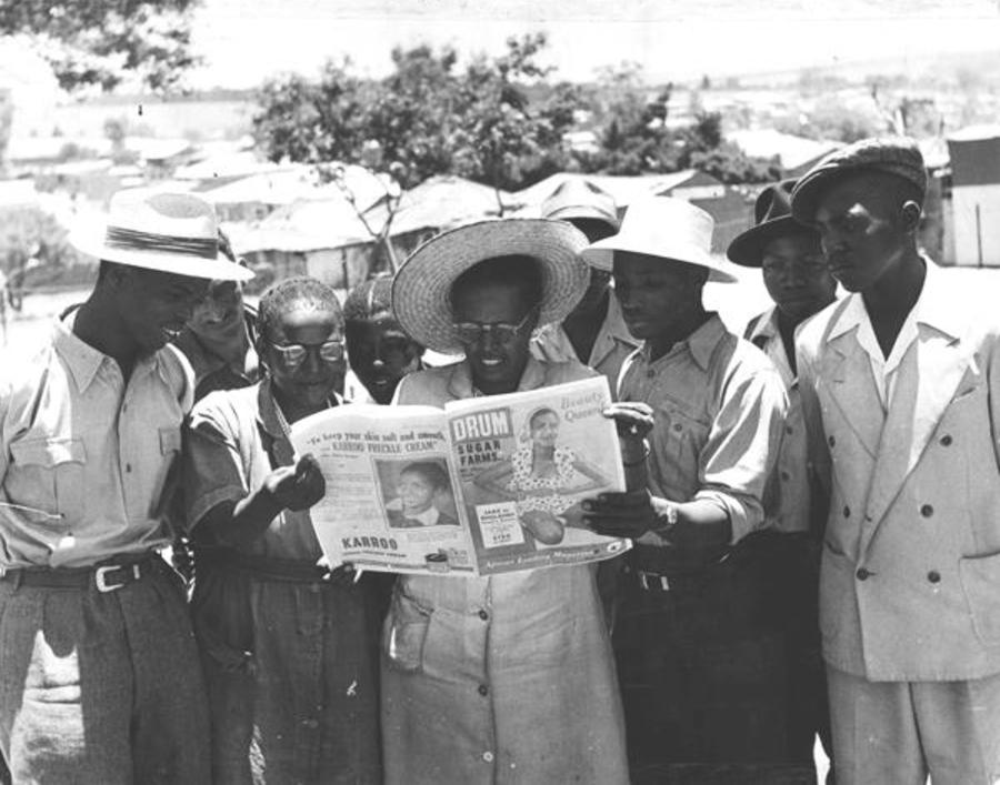Leitores da 'Drum' lendo a revista entre si