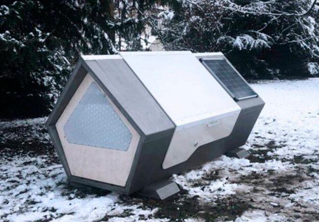 Alemanha cria cápsulas térmicas para quem vive na rua. Já SP coloca pedras debaixo de viaduto