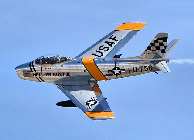 Um avião caça F-86