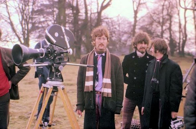 """John, George Harrison e Ringo Starr durante as filmagens do vídeo de """"Strawberry Fields Forever"""", filmado em 1967"""