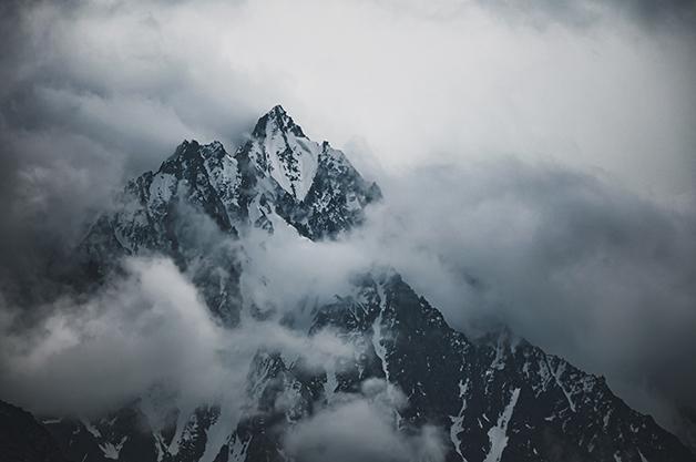 Topo de uma montanha do Hindu Kush, no Himalalia