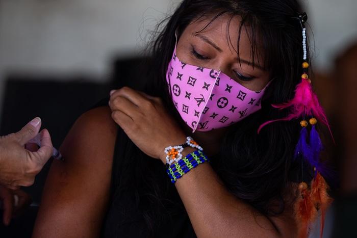 Indígena guarani da Aldeia Mata Verde Bonita sendo vacinada