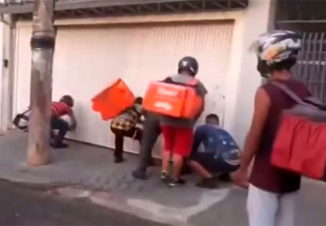 Motoboys destroem portão da casa de homem acusado de golpes em entregas por aplicativo