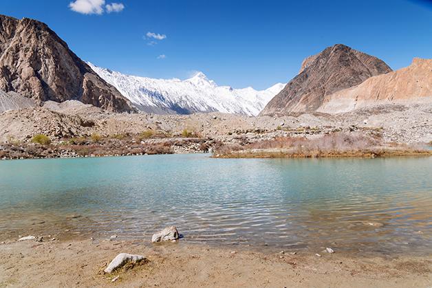 Um dos tantos rios alimentados pelas geleiras do Hindu Kush
