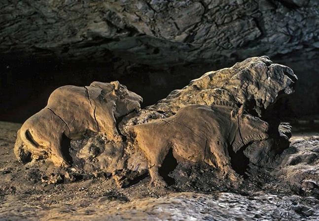 Esculturas de búfalo de 15 mil anos foram totalmente preservadas nesta caverna francesa