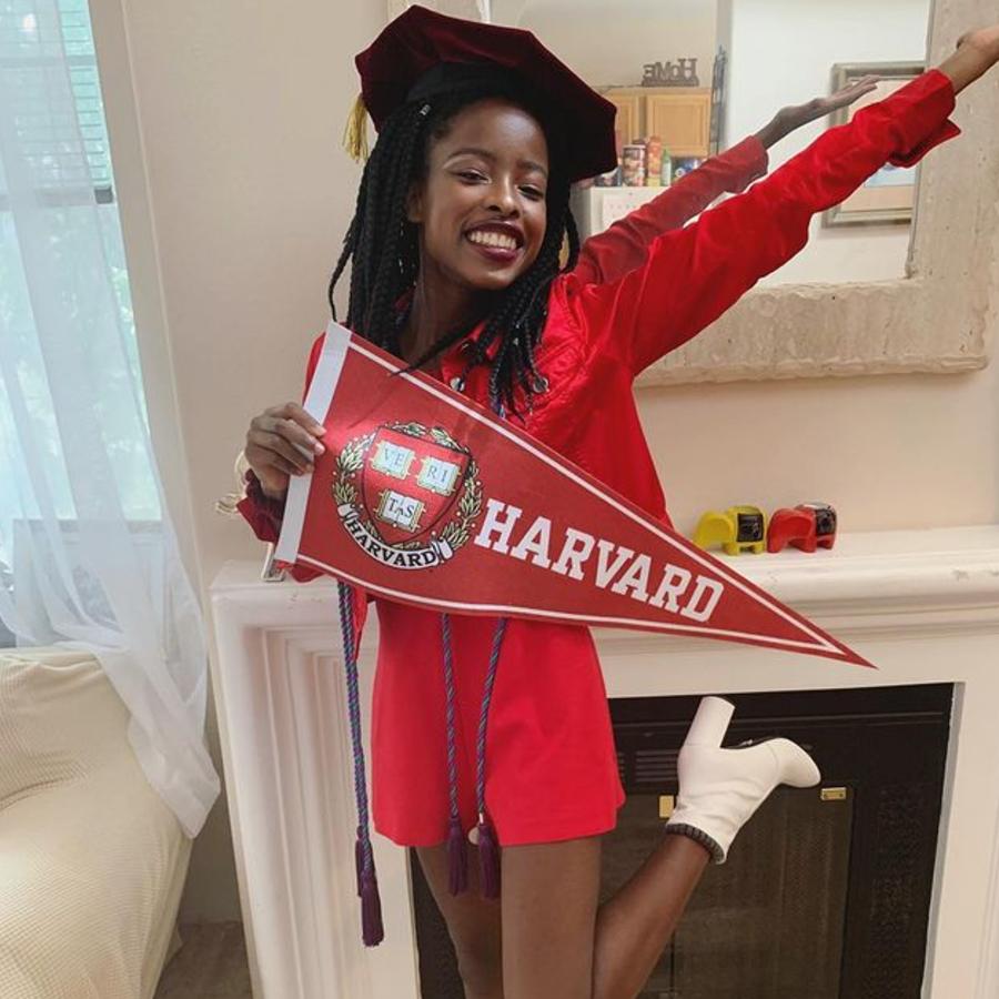 Amanda Gorman comemorando a graduação
