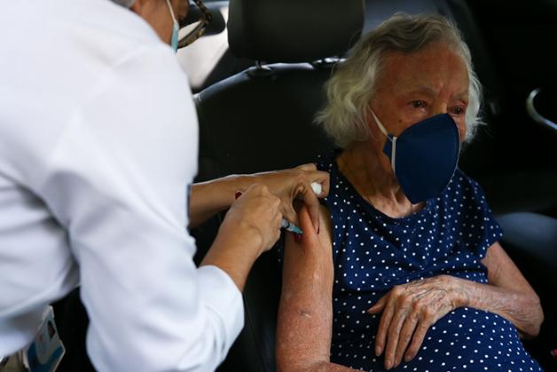 Senhora recebendo a vacina no Rio de Janeiro